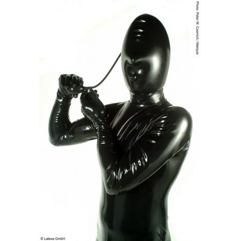 Latexová nafukovací maska s otvory pro dýchání.