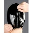 Černá latexová maska s kruhovými otvory pro oči.
