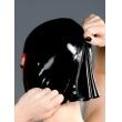 Černá latexová maska uzavřená s nosními dírkami