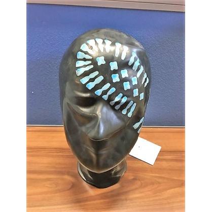 Černá latexová maska uzavřená s modrým otiskem chodidla přes oko